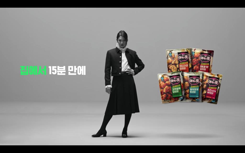 คิมฮีซอลสวมกระโปรงในโฆษณาแบบไม่สน เพศสภาพ